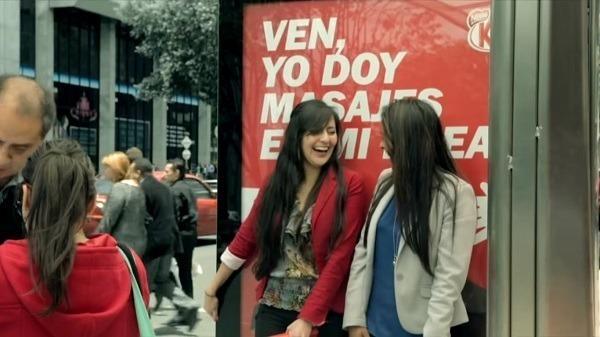 Billboard do Kit Kat faz massagem passageiros!