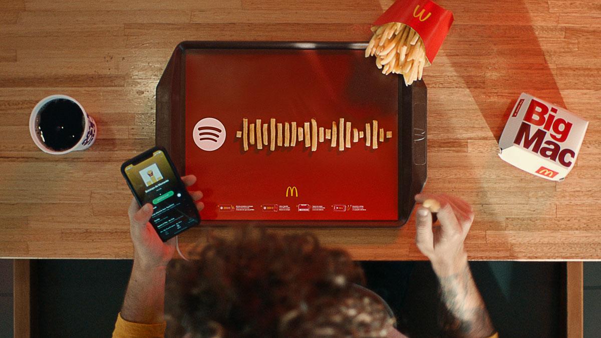 Batatas-fritas formando ondas de som e campanha do Spotify com McDonald's