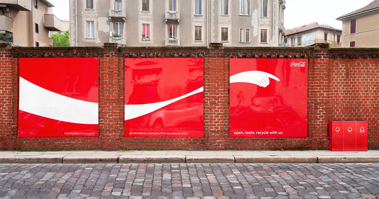 Onda da Coca-Cola aponta para lixeira na rua