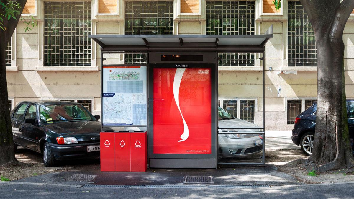 Onda da Coca-Cola aponta para lixeira em ponto de ônibus
