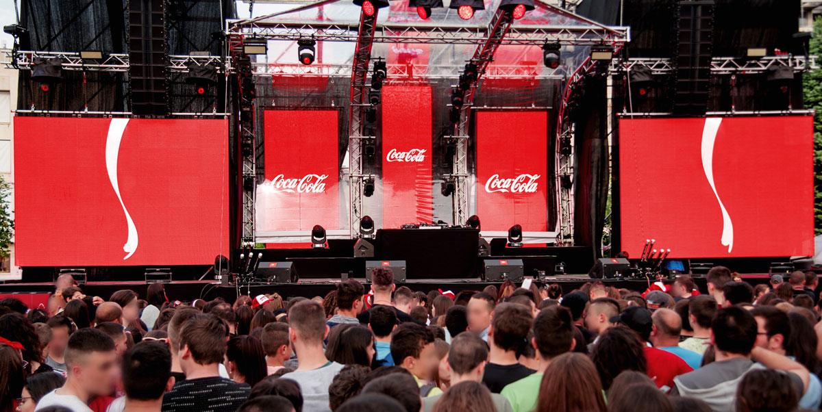 Onda da Coca-Cola aponta para lixeira em show