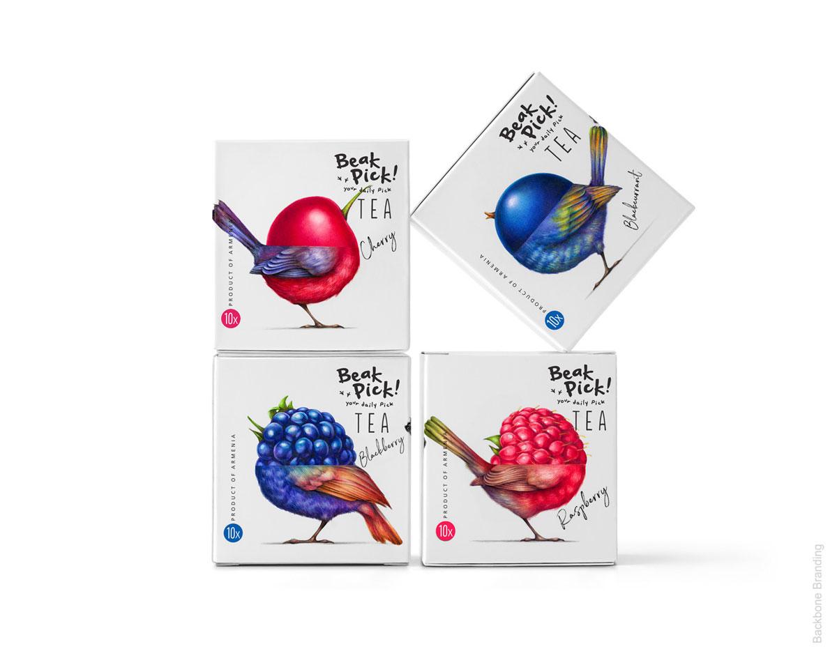 Quatro caixas de chá montando duas fileiras, estando uma delas inclinada para dar dinamismo ao passarinho desenho.