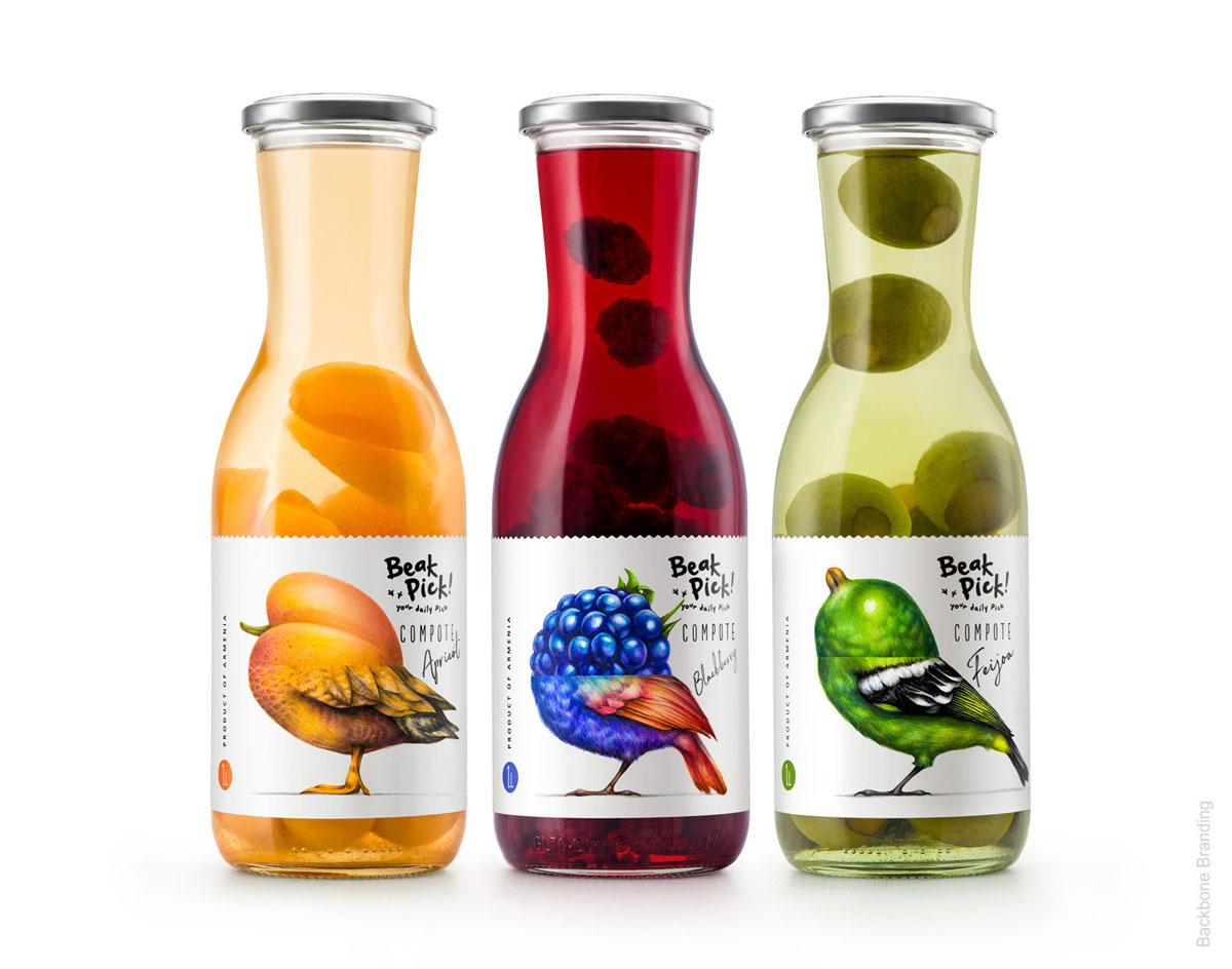 Três garrafas de compotas de frutas, uma laranja, uma vermelha e uma verde, sendo damasco, blueberry e figos, respectivamente.