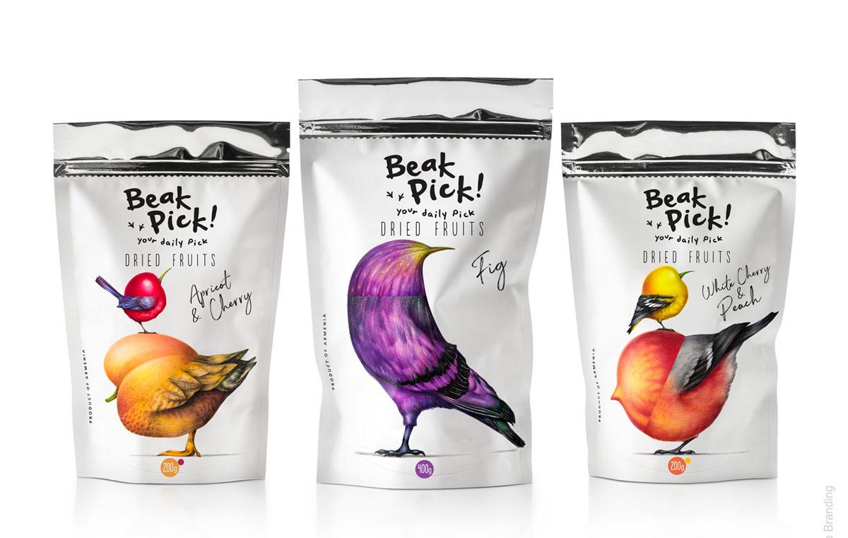 Três sachês de frutas secas, na esquerda um pássaro cereja sobre um pássaro damasco, no meio um pássaro figo, e na direita um pássaro de cereja selvagem sobre um pássaro pêssego.