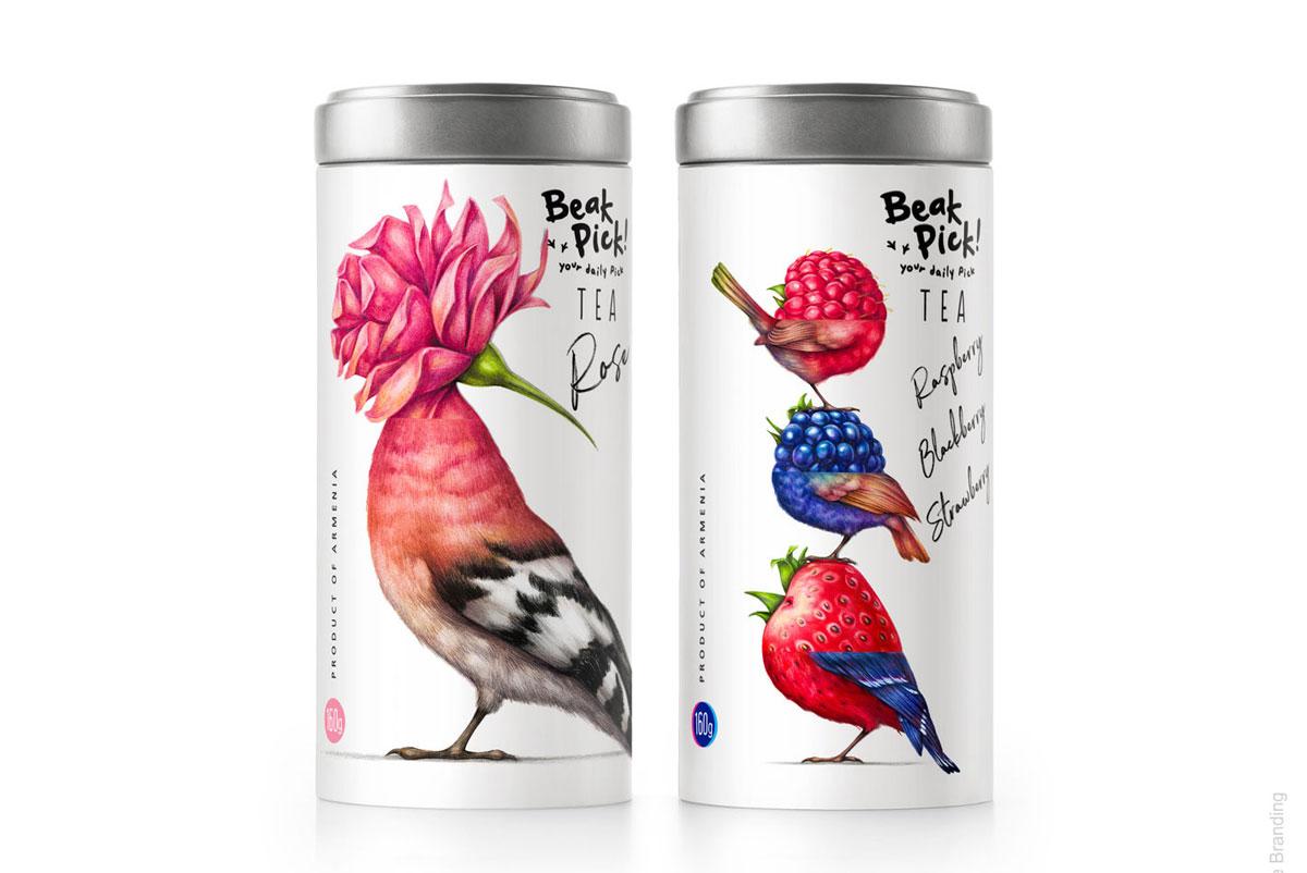 Dois potes grandes de chá, na esquerda um pássaro com cabeça de flor, e na direita três pássaros um sobre o outro, o de cima com cabeça de rapsberry, o do meio de mirtilo, e o debaixo sendo um morango.
