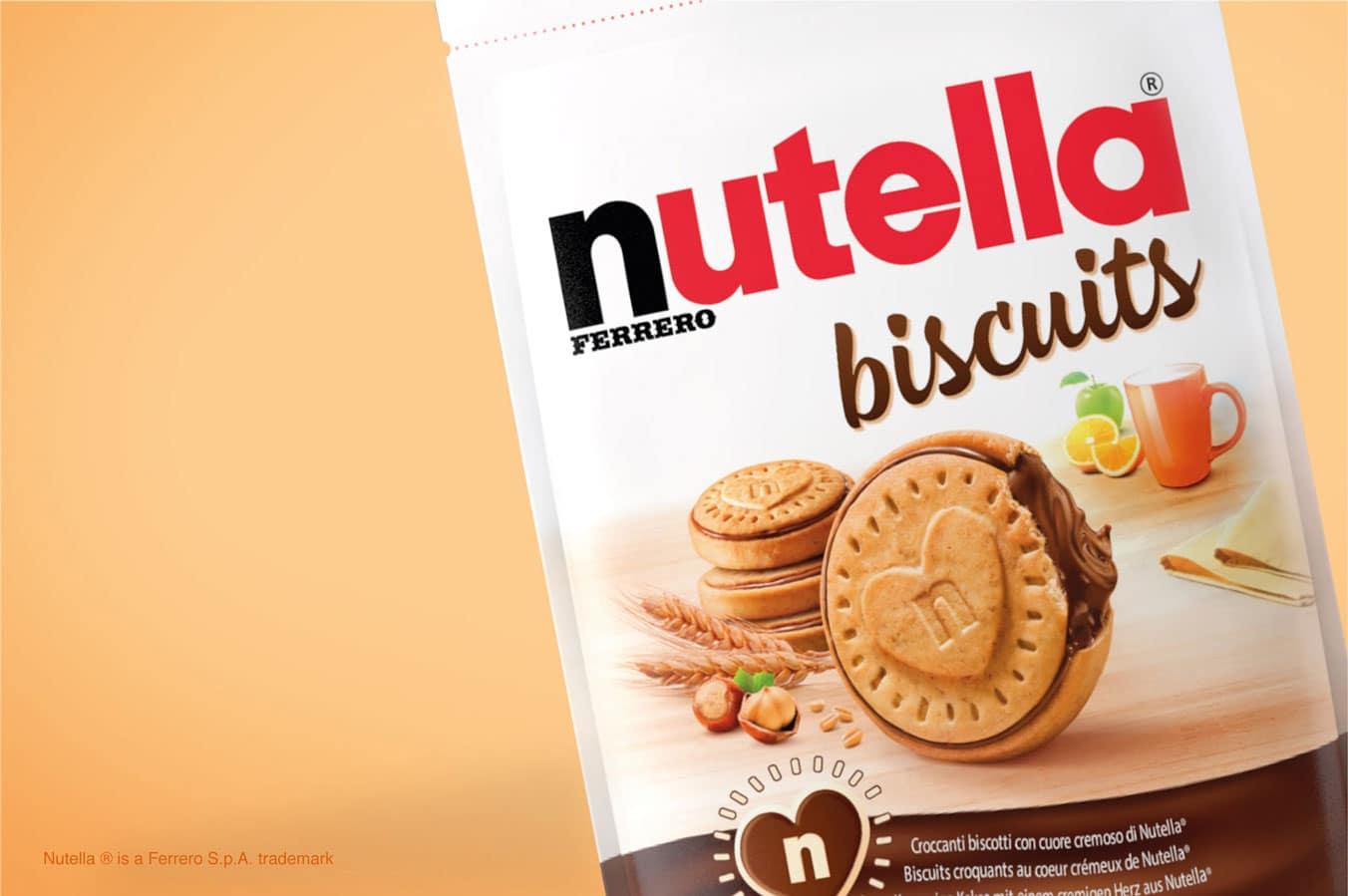 Embalagem do biscoito de Nutella mostrando uma bolacha de pé, com o creme de avelã escorrendo na direita